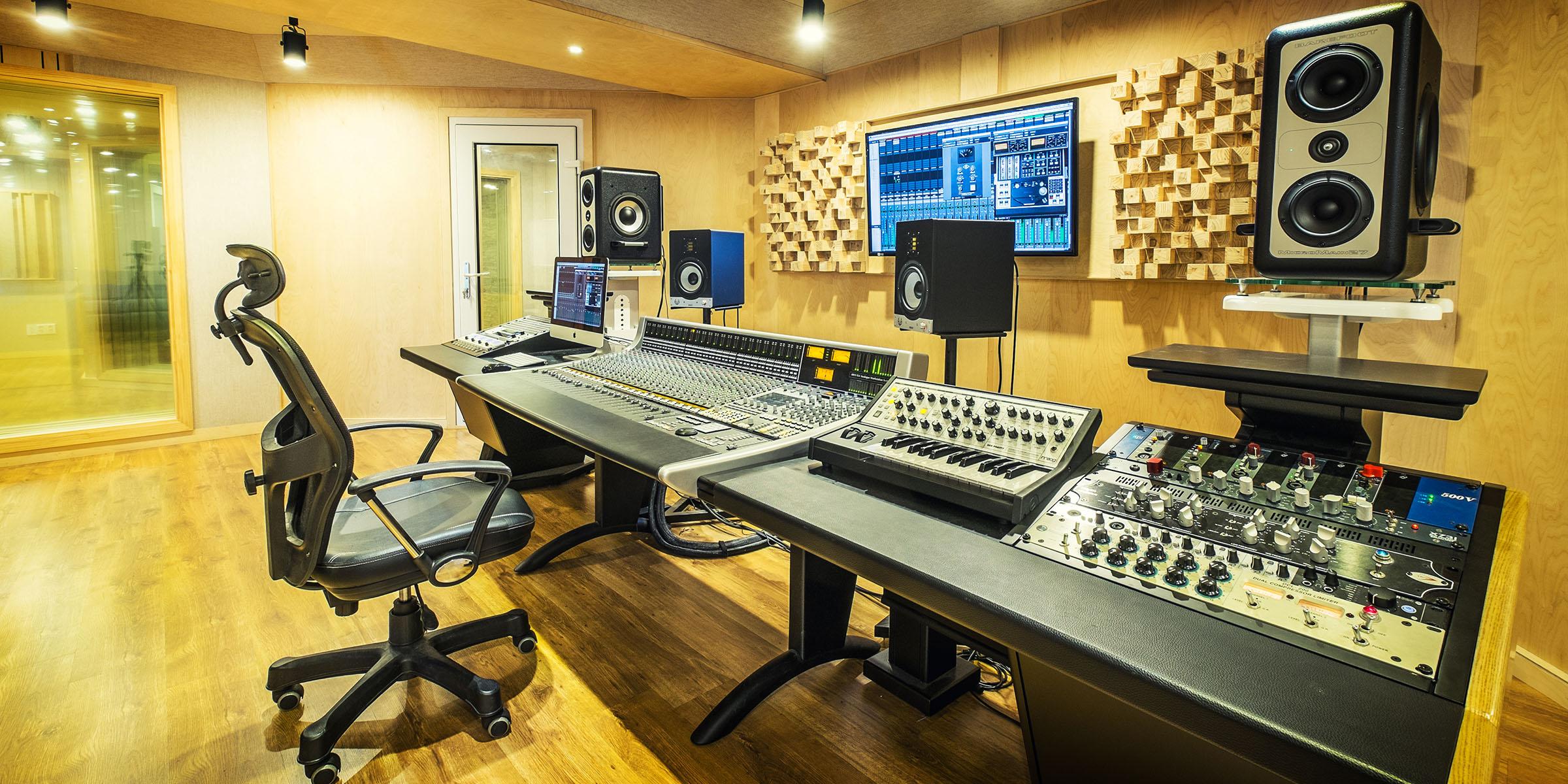 studio_2400x1200_2