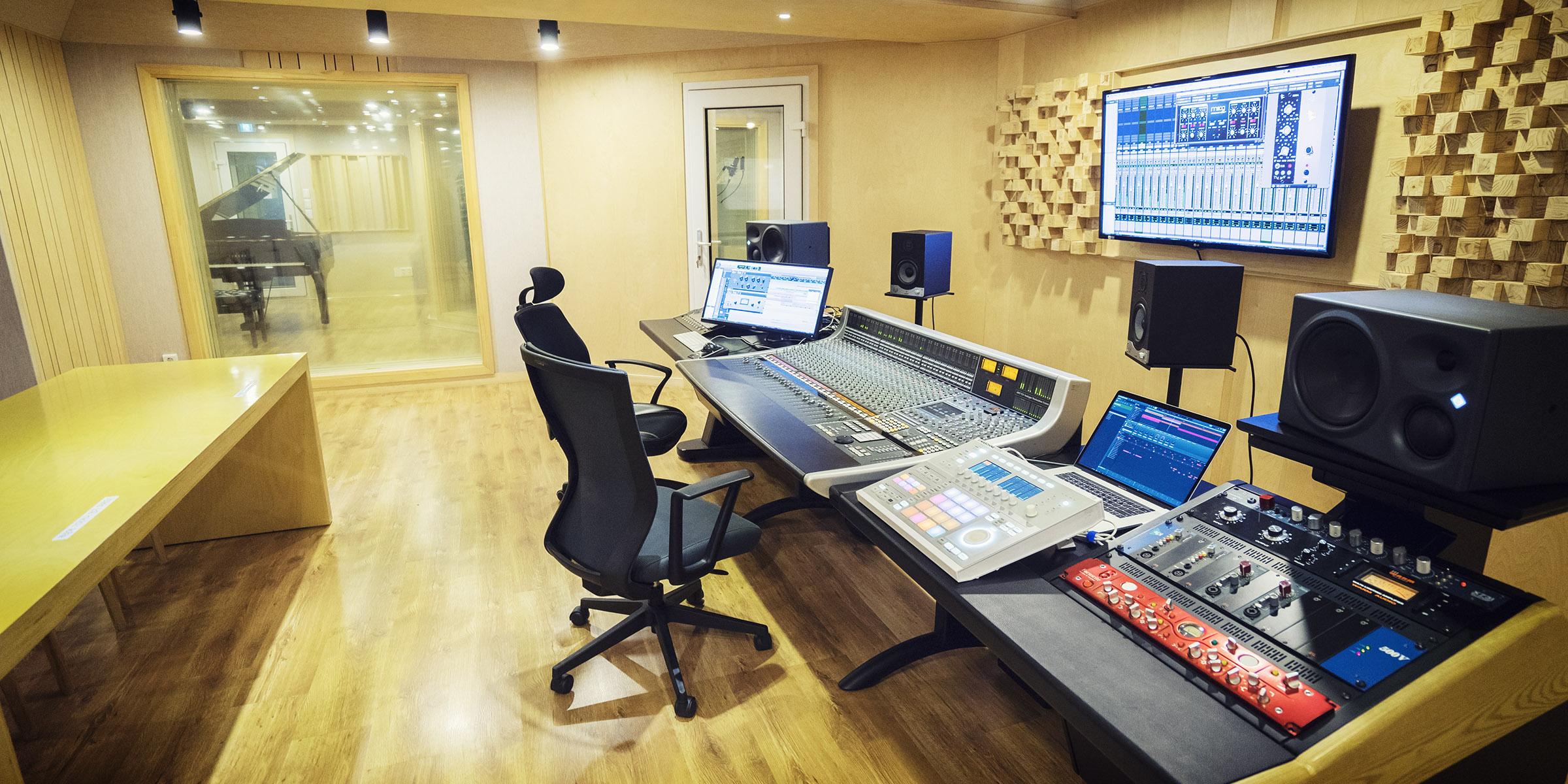 studio_2400x1200_6